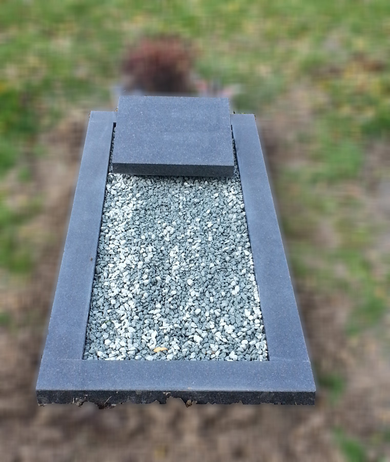 Liggende grafsteen met omranding Goes