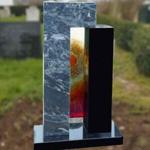 grafsteen met zuilen en glasplaatje